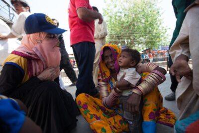 Un equipo de vacunadores de Rotary inmuniza a niños contra la polio en una estación de trenes de Karachi (Pakistán). Khaula Jamil